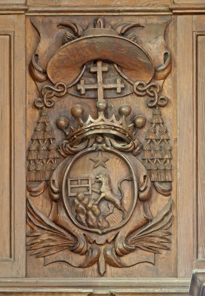 Les armoiries de Monseigneur Serroni, sur le buffet d'orgue de La Chaise-Dieu.