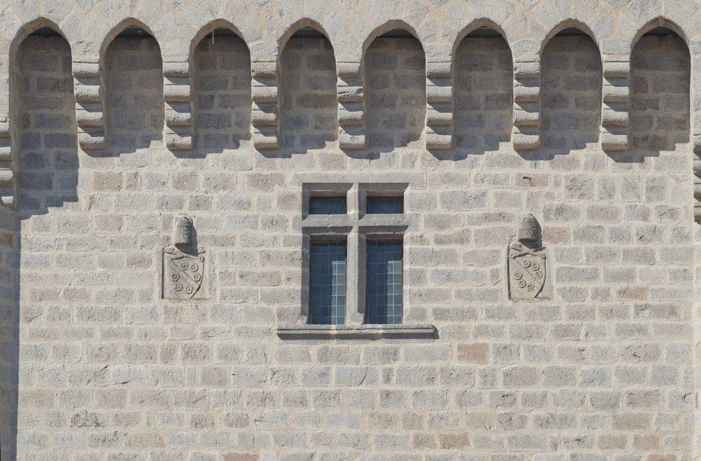 Les armes sur la tour Clémentine, à La Chaise-Dieu.